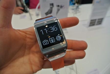 Samsung Galaxy Gear - zegar cyfrowy z ikonami  [źródło: galaktyczny.pl]