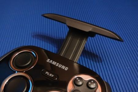 Samsung GamePad EI-GP20 - uchwyt [źródło: galaktyczny.pl]