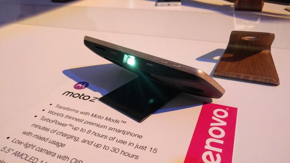 Moto Mods - moduł z projektorem multimedialnym