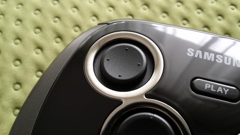 Samsung Game Pad EI-GP20 - lewy analog / fot. galaktyczny.pl