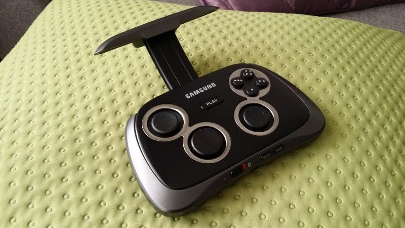 Samsung Game Pad EI-GP20 - Uchwyt / fot. galaktyczny.pl