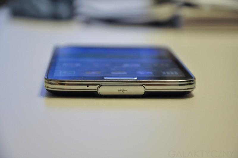 Samsung Galaxy S 5 - mikrofon, gniazdo microUSB 3.0 (pod zaślepką) / fot. galaktyczny