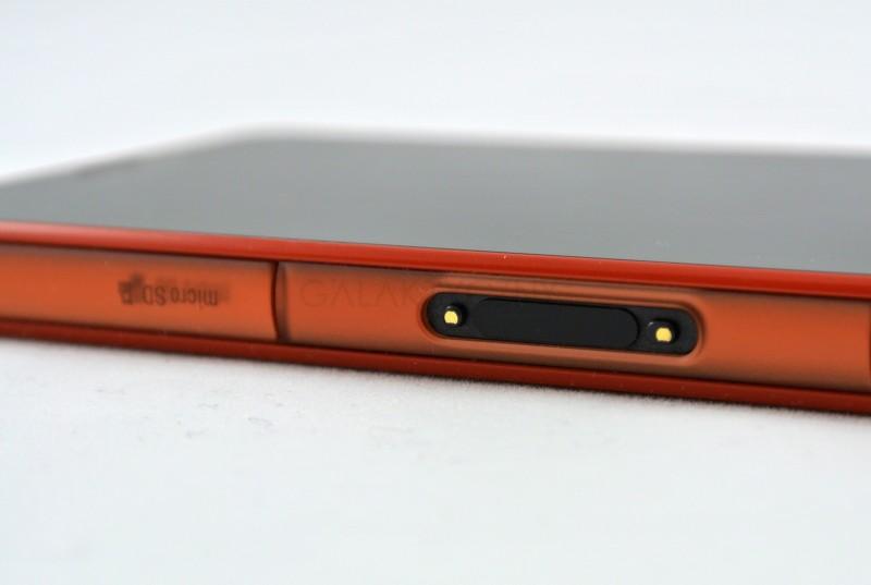 Sony Xperia Z3 Compact - złącze magnetyczne / fot. galaktyczny.pl