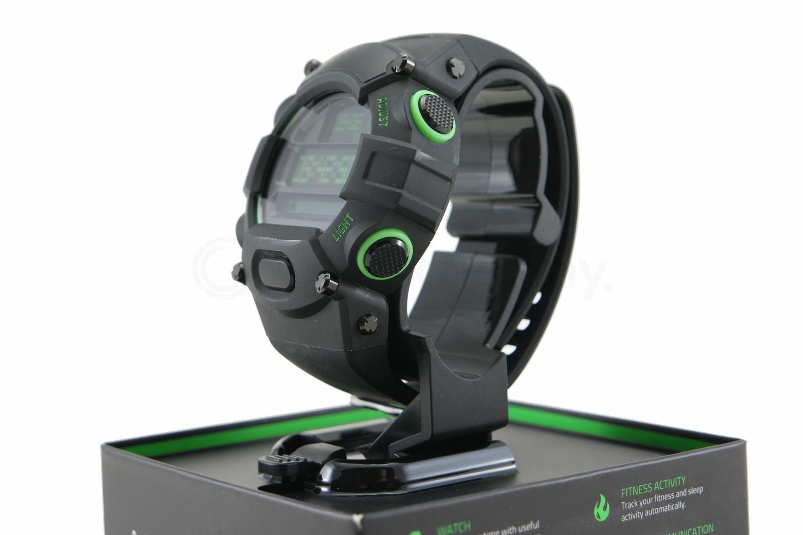 Razer Nabu Watch Test Hybrydowego Smartwatcha Eksponuje Na Wysuwanym Stojaku W Podstawce Znajduje Si Przegrdka Akcesoria Postaci Magnetycznego Przewodu Do Adowania O Dugoci
