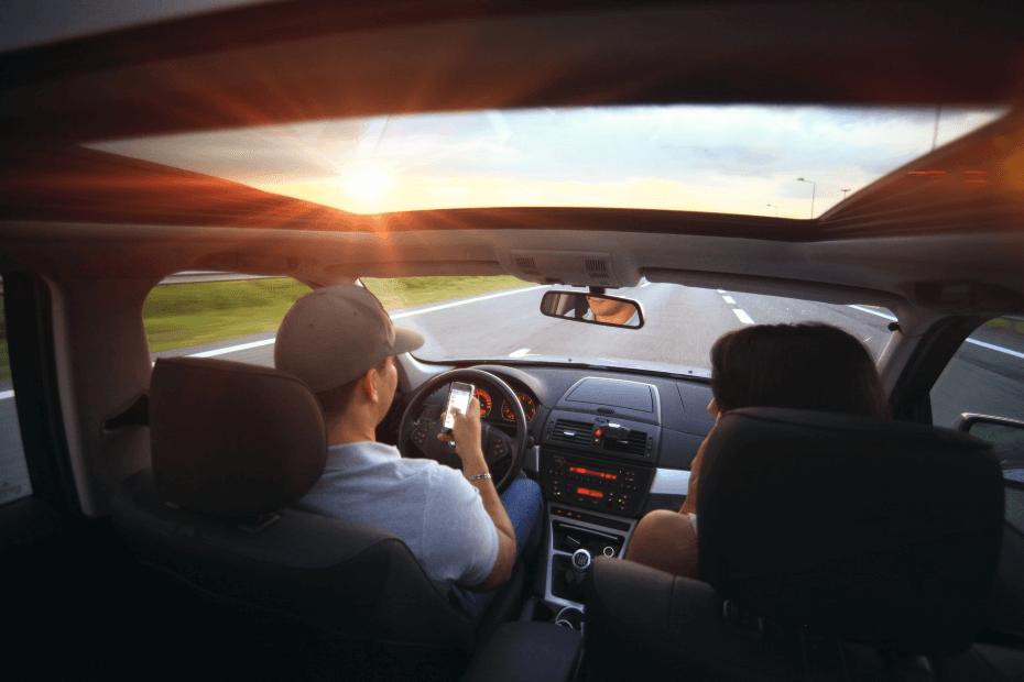 Kierowca z telefonem w samochodzie