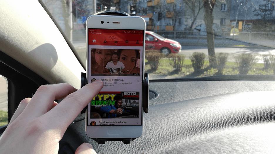 smartfon-youtube-w-samochodzie