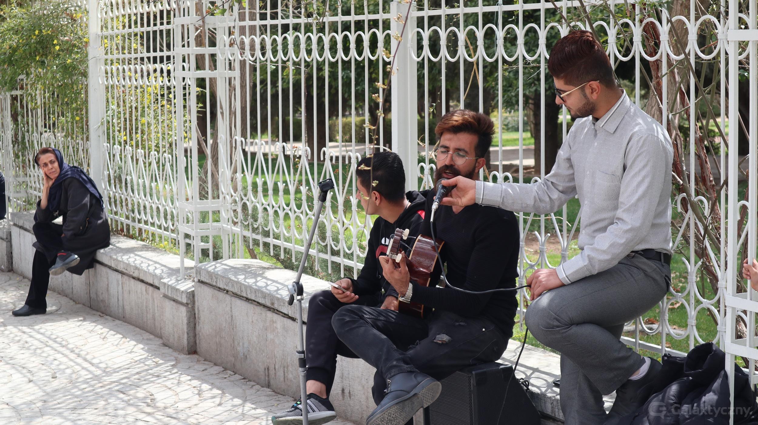 Śpiewanie na ulicy w Iranie
