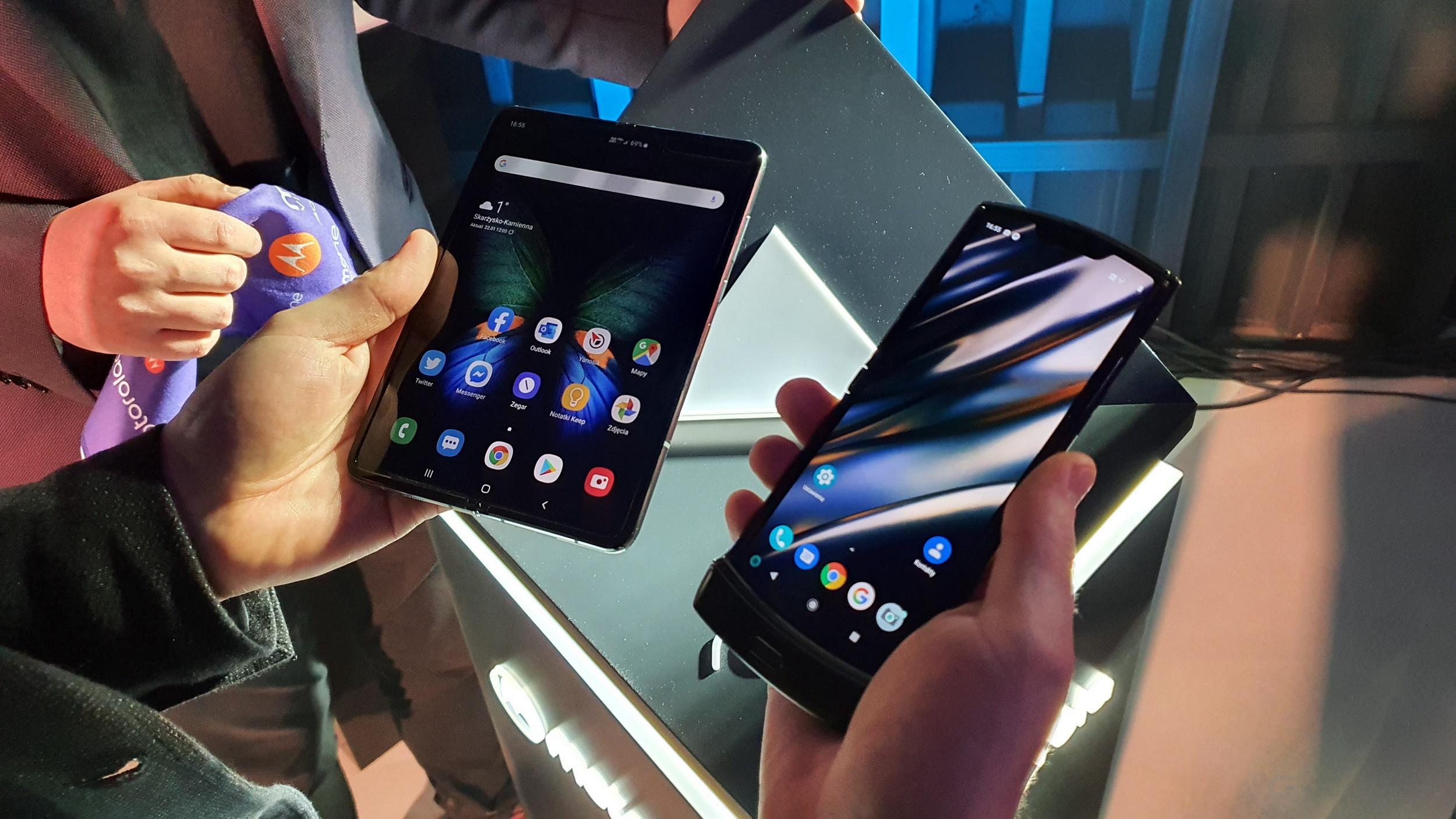 Samsung Galaxy Fold (po lewej), Motorola razr (po prawej)