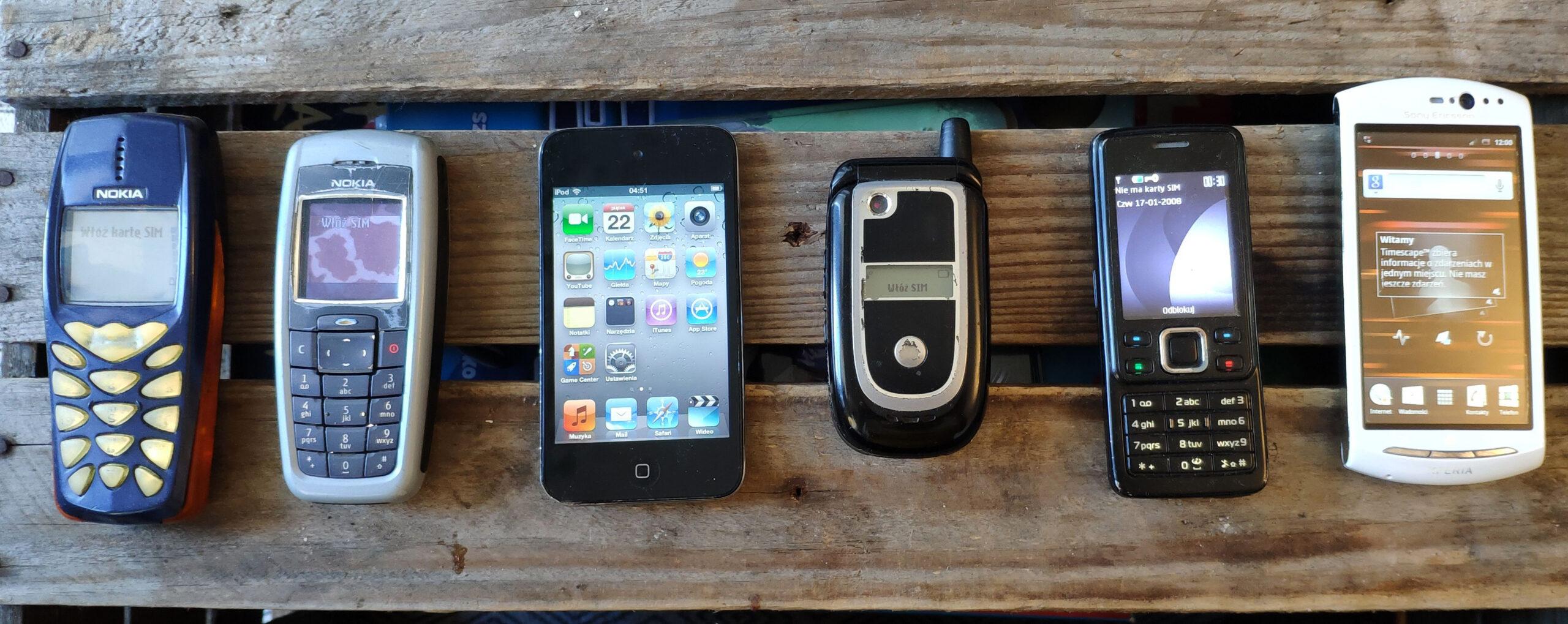 Od lewej: Nokia 3510i, Nokia 2600, iPod touch 4. gen, Motorola V235, Nokia 6300, Sony Ericsson Xperia Neo V